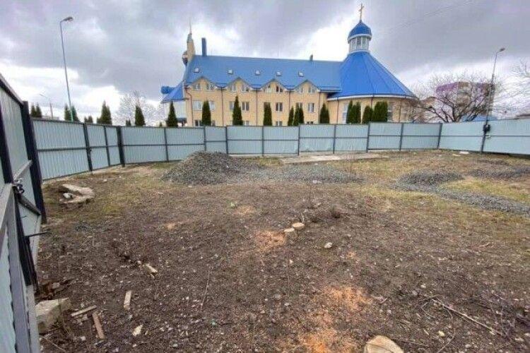 Навіщо будувати церкву, коли можна продати землю за $45 тисяч (Фото)