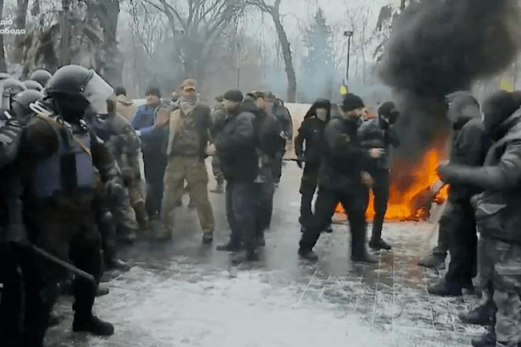 Під Верховною Радою спалили прапор Росії, палають шини. Почалися сутички