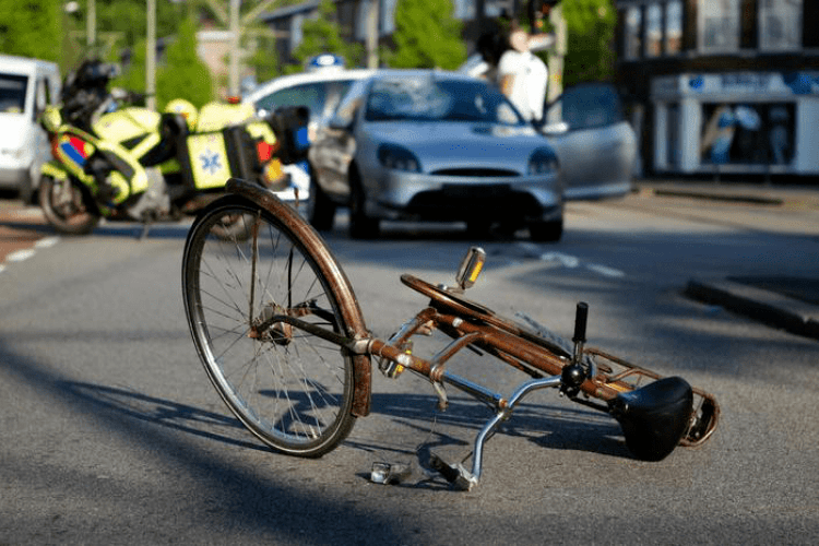 У Луцьку автомобіль наїхав на велосипедиста (Відео)