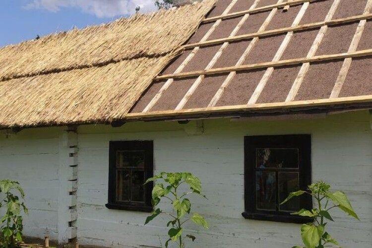 У музеї біля Луцька почали перекривати дах двохсотлітньої хати