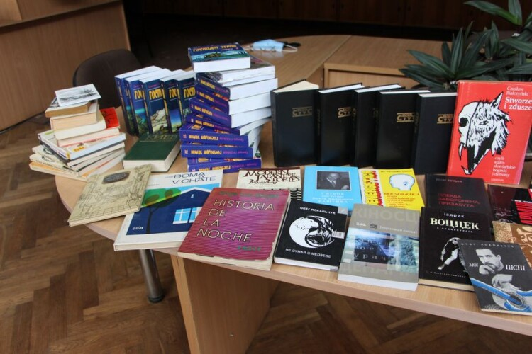 Донька Покальчука передала книжки волинській бібліотеці
