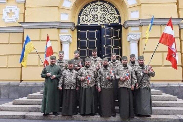 У Луцьку збирають підписи на підтримку капеланів