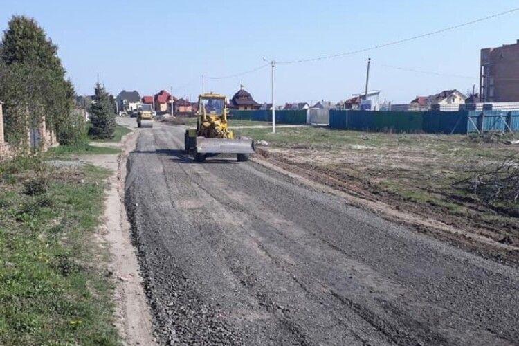 У селі неподалік Луцька рівняють дорогу