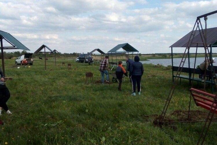 На Волині активні селяни за кошти громади облаштували собі зону відпочинку (Фото)
