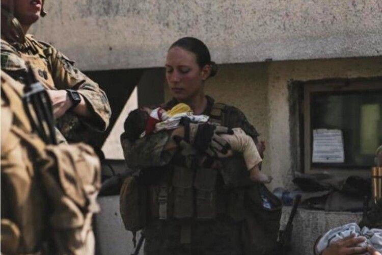 Перед загибеллю в теракті: мережу підкорило фото 23-річної військовослужбовиці дитиною