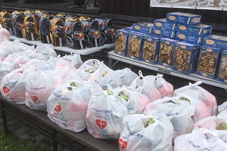 150 луцьких першачків, у рамках благодійної акції, отримали рюкзаки до Дня знань