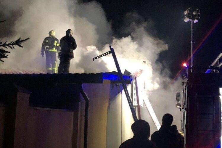 Гасили кілька годин: у місті на Волині підпалили прибудову торгового центру (Відео)