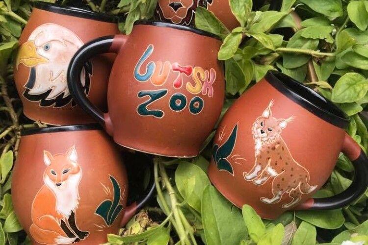 Луцький зоопарк пропонує хильнути за здоров'я дзьобатих і кудлатих із фірмових горняток