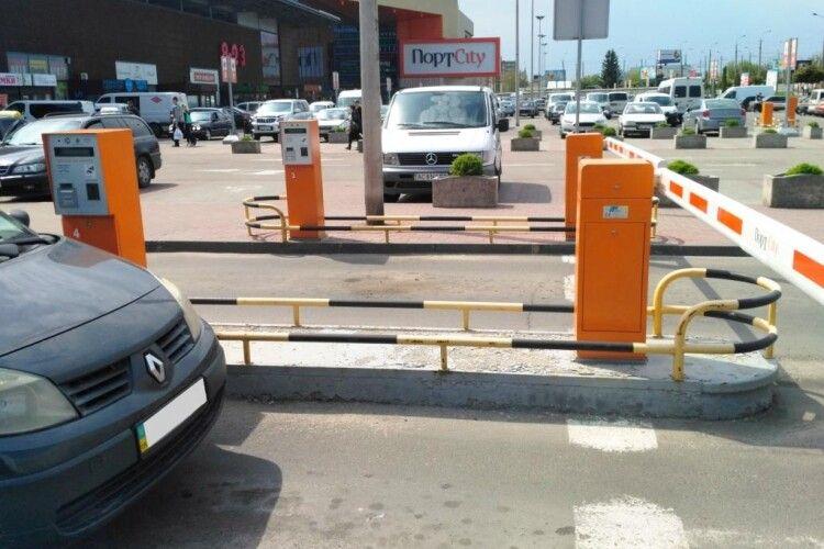 Біля луцького торгівельного центру паркомат б'є струмом