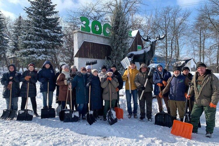 Працівники Рівненського зоопарку озброїлися лопатами й дали бій сніговим заметам на вулицях міста (Фото)
