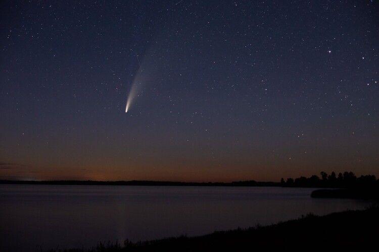 Комета Neowise пролетіла над Старовижівщиною: фотограф зафіксував її у нічному небі в Кримному