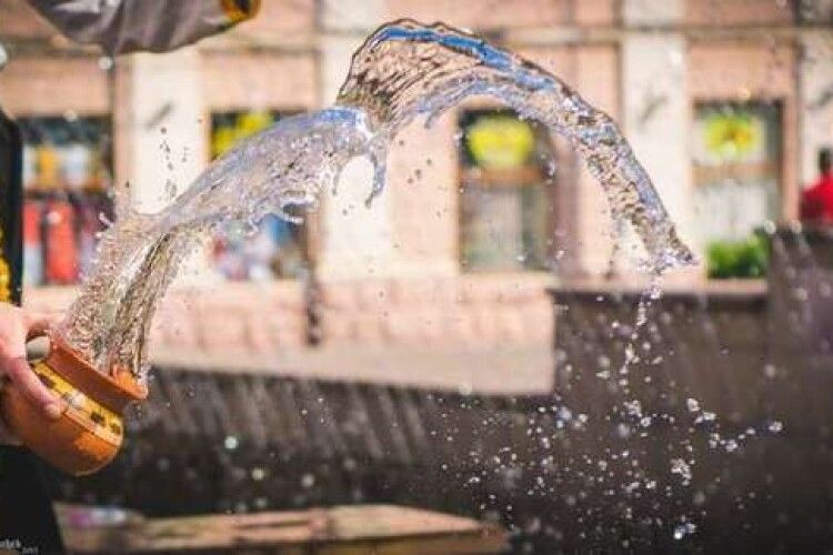 У поливаний понеділок владика Михаїл освятив водою держустанови Луцька
