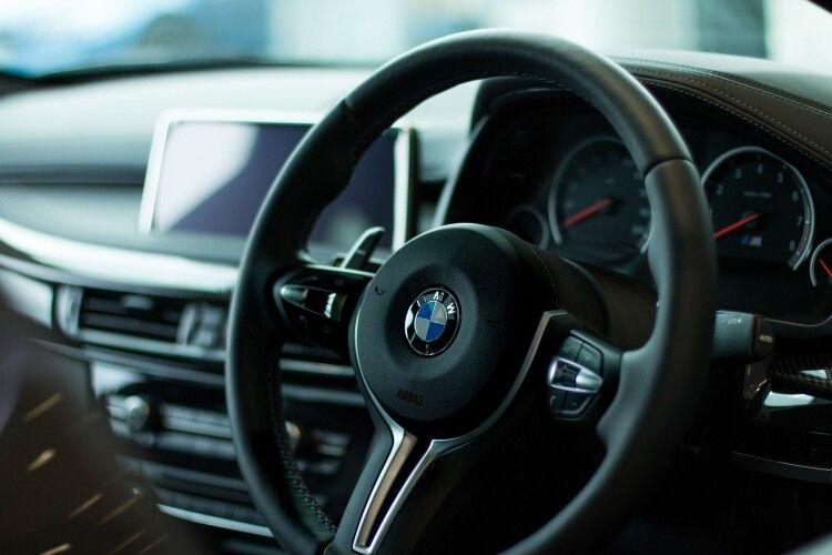 У центрі Луцька на значну суму обікрали BMW X5