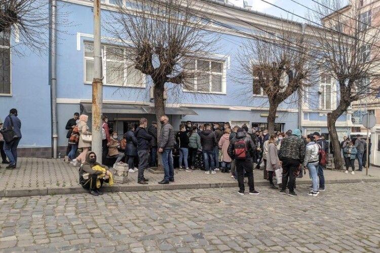 Пандемія в поміч: біля консульства Румунії в Чернівцях утворилися черги (Фото)