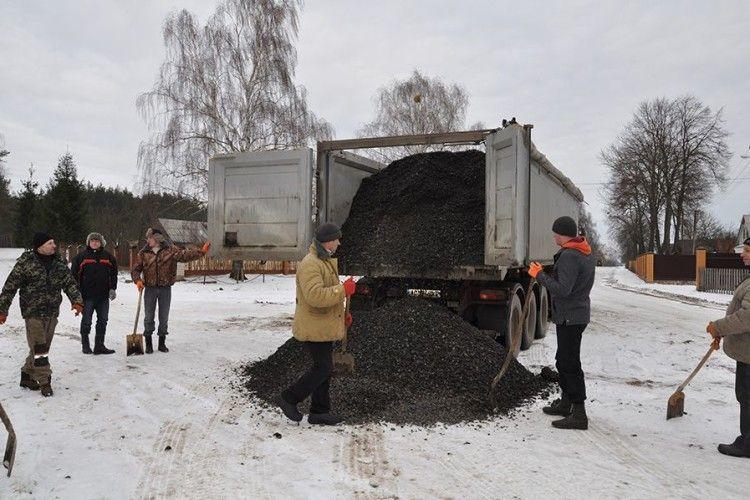 Громада села Воєгоща сама взялась за ремонт доріг