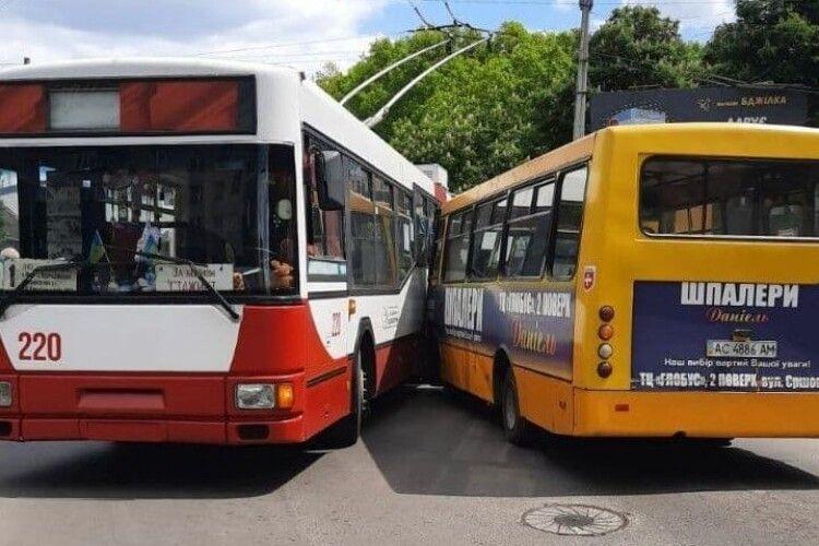 У Луцьку тролейбус зіткнувся з маршруткою