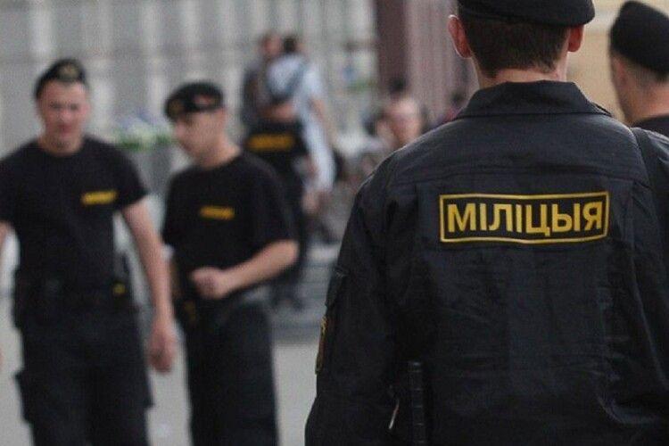 «Обматюкали на міліцію»: у Білорусі силовики затримали цілий клас школярів