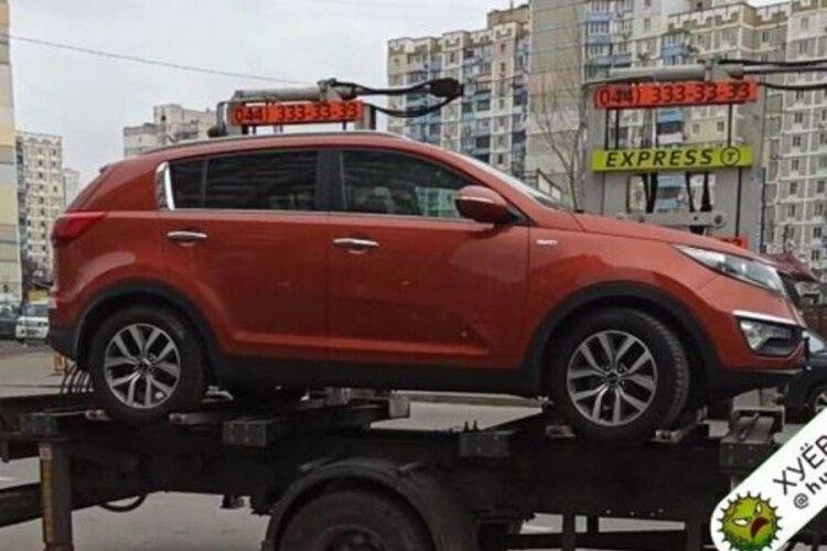 У Києві евакуатор намагався забрати машину з дитиною в салоні