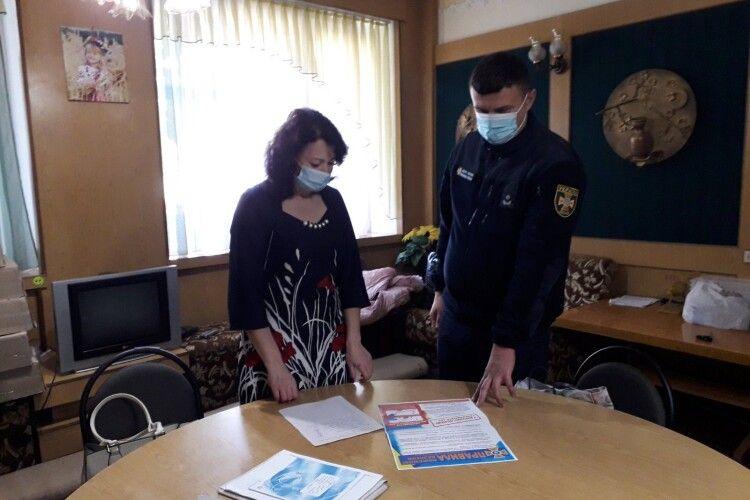 У Луцьку членів виборчих дільниць вчили захищати бюлетені від червоного півня