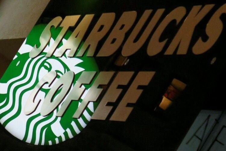 Співробітник кав'ярні Starbucks плював у каву поліцейським
