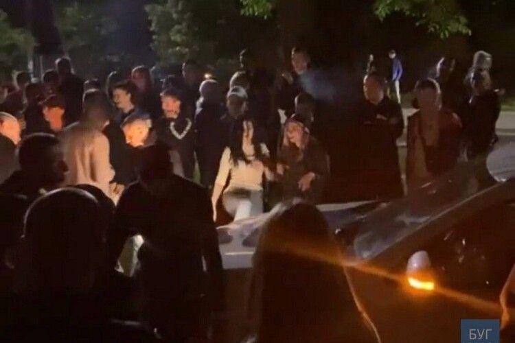 У Володимирі вночі молодь так дебоширила, що аж відкрите кримінальне провадження (Відео)
