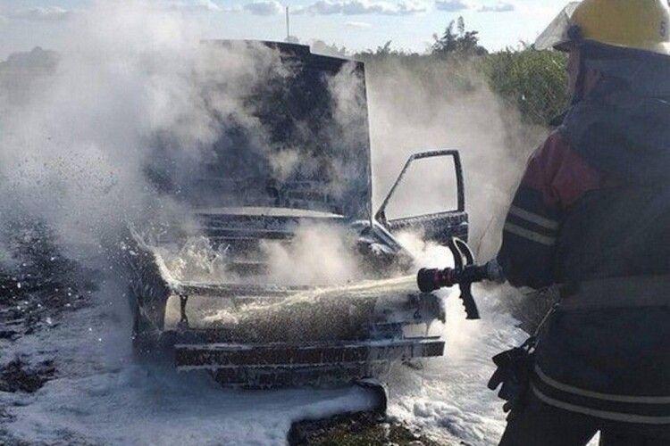 На Волині серед поля згоріла машина (Фото)
