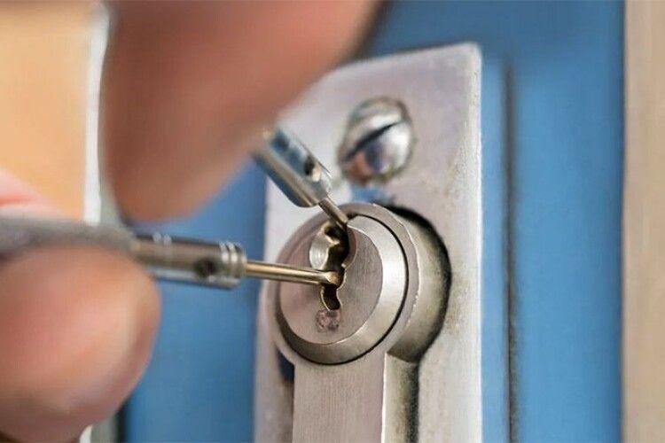 Забрали навіть дверцята від грубки: на Волині злодії пограбували нежилу хату
