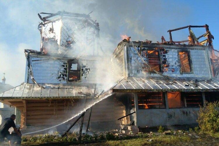 На Спаса на Івано-Франківщині згоріла дерев'яна церква (фото)