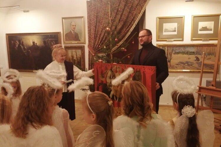 Луцький міський голова подарував музею картину сучасної художниці