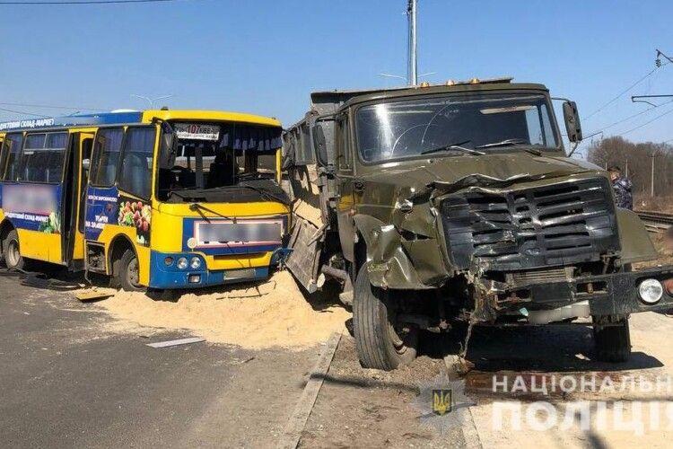 Водію маршрутки, через якого у Луцьку в аварії постраждали пасажири, повідомили про підозру