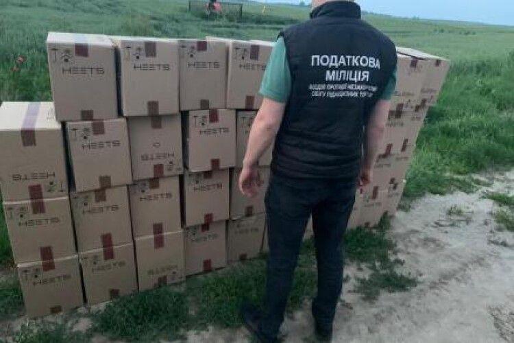 Волинські податківці затримали бус із контрабандними цигарками на 2,5 мільйона гривень