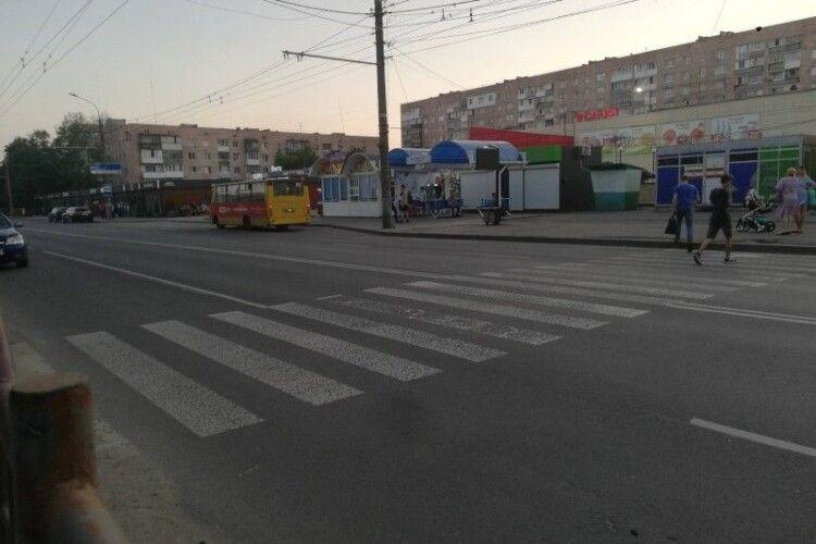Водії ігнорують пішохідний перехід: лучанка просить встановити світлофор на вулиці (Фото)