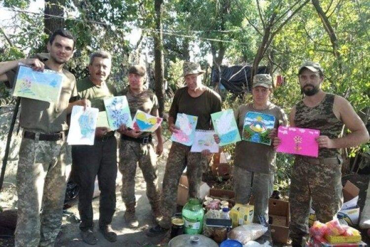 Бійці на передовій отримали благодійну допомогу та малюнки дітей з Ковеля (Фото)