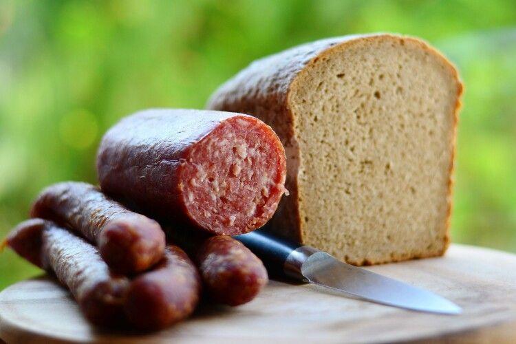 «Ковбаса з лапами!»: чоловік придбав м'ясний виріб з рештками щура (Відео)