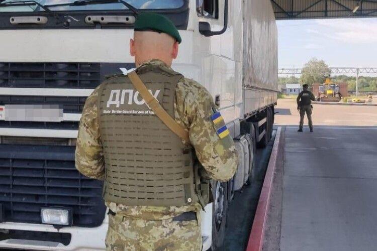 Велику партію білоруського тютюну знову виявили на кордоні