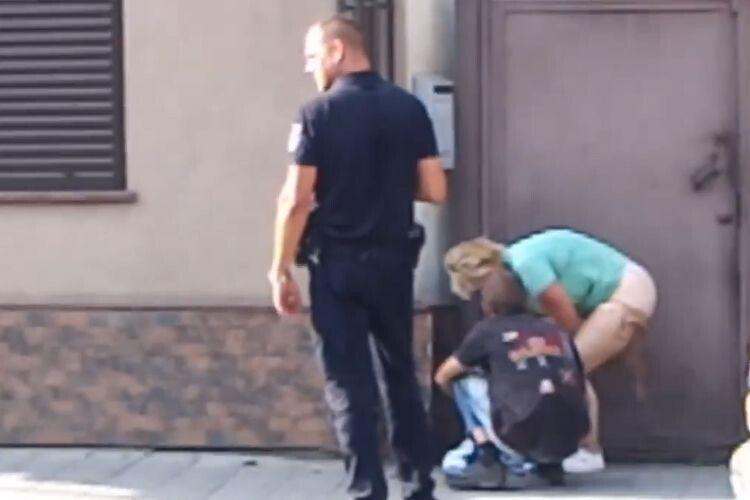 Парочка вирішила зайнятись сексом просто на вулиці (Відео 18+)