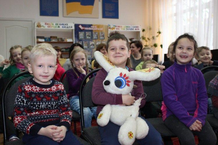 Сьогодні у Луцьку дошкільнят розважали казкові ляльки (фото)