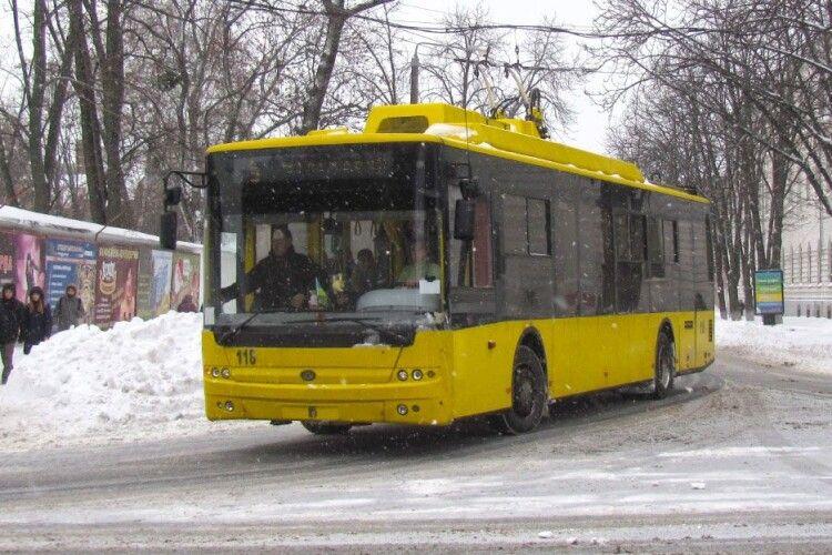 На переході у Рівному тролейбус збив 12-річну дівчинку. Водій каже, що їхав на «зелений» (Фото)