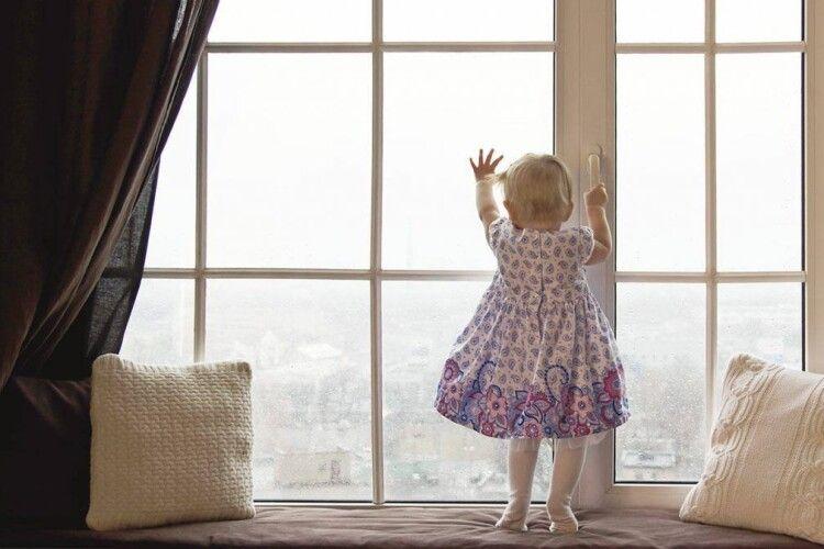2-річна дівчинка випала з третього поверху