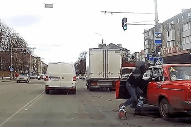 Пустив одного собаку в салон: у Луцьку чоловік із таксами накинувся на водія (Відео)