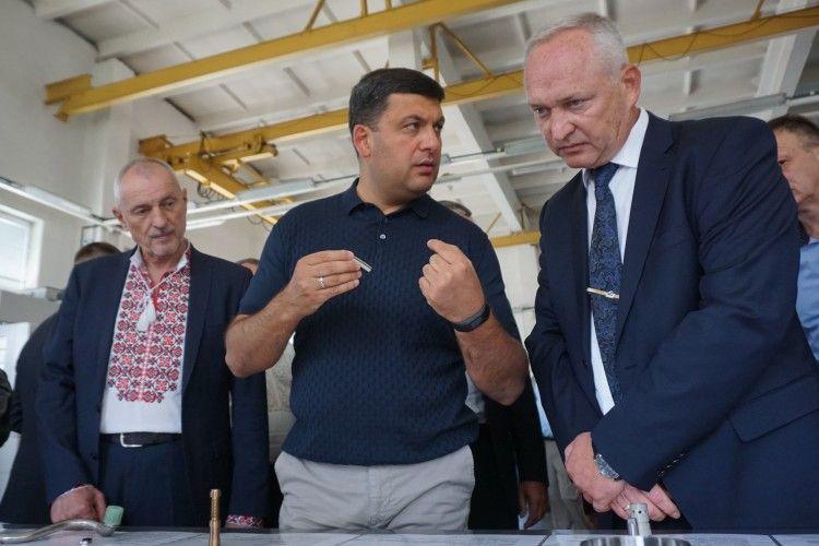 Губернатор Савченко у вишиванці зустрічав прем'єра Гройсмана в тенісці