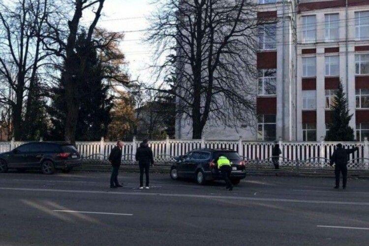 У Луцьку – ДТП: зіткнулися дві автівки, рух ускладнений (Фото)