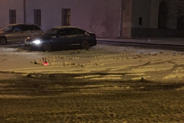 У Луцьку на Замковій площі молодики на авто дрифтували по лампадках, запалених в пам'ять жертв Голодомору (Фото)
