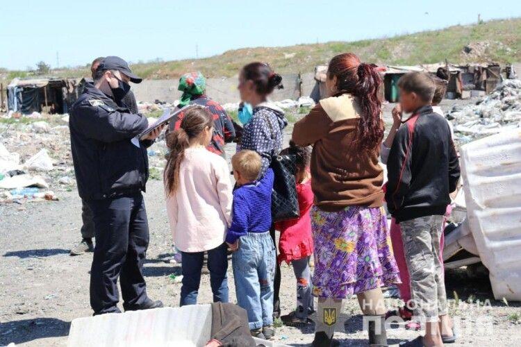 На сміттєзвалищі виявили 25 заробітчан із Закарпаття: серед них семеро дітей (Фото)