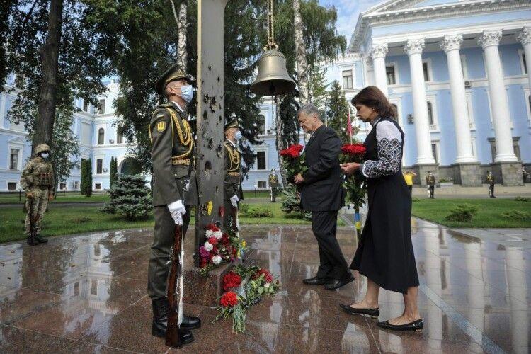 Закликаю всіх пам'ятати, якою ціною нам дісталась Незалежність, – Петро Порошенко разом із ветеранами вшанував пам'ять українських воїнів (Фото)
