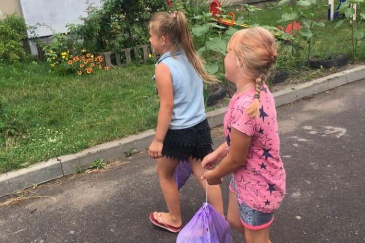 Дитяча свідомість: маленькі волинянки регулярно... прибирають вулицю