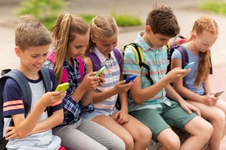 З'ясували, що гаджети можуть уповільнити розвиток словникового запасу дитини