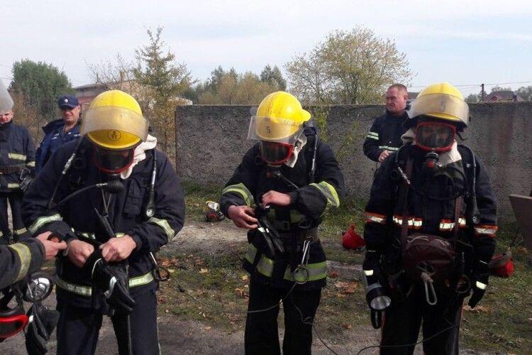 Луцькі та ковельські рятувальники тренувалися в теплодимокамерах