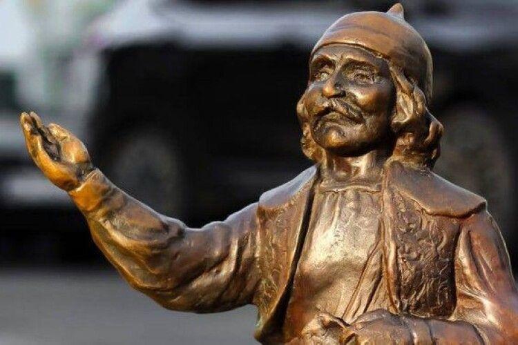 У центрі Луцька знову вкрали скульптуру кликуна