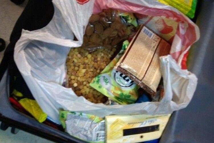 Контрабандист заховав бурштин у цукерках